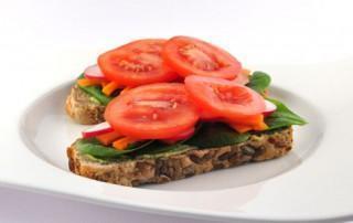 Speltbrood met houmous en salade