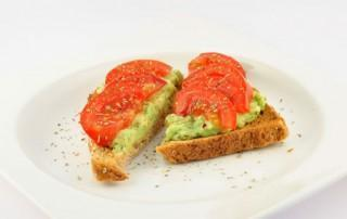 Geroosterd brood met avocado en tomaat