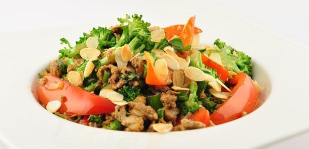 Roerbakschotel met tofu en broccoli
