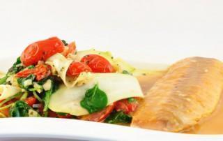 Pappardelle van courgette met pesto en zalmfilet