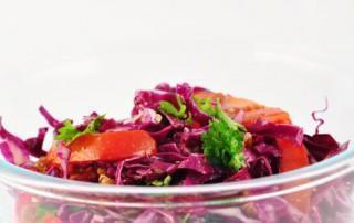 Rodekoolsalade met tomaten en rozijnen