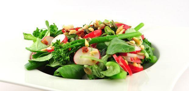 Bimi salade met radijs en notenmelange