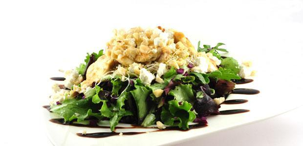 Salade met rode kool en gegrilde kip