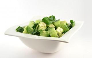 Komkommersalade met avocado munt en feta