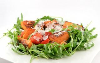 Rucola salade met zoete aardappel en paprika