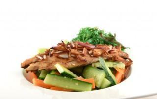 Komkommer wakame salade met gerookte makreel