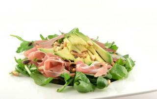 Rucola salade met avocado en prosciutto