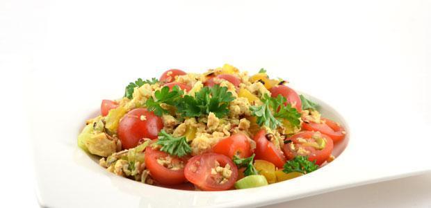 Roerbak ei met prei paprika en tomaat