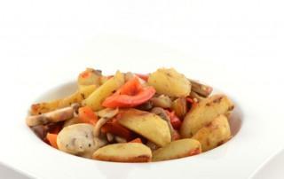 Aardappelschotel met paprika en champignons