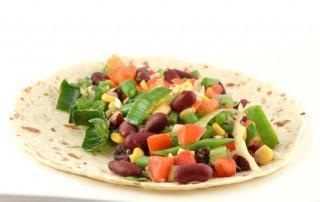 Mexicaanse tortilla met groenten en frijoles refritos