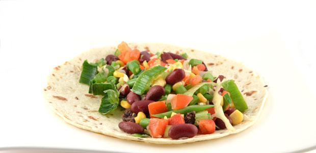 Mexicaanse tortilla met groenten en frijoles
