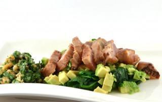 Spinazie-avocadosalade met tonijn en korianderpesto