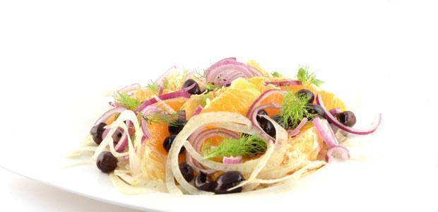 Venkel-sinaasappelsalade met zwarte olijven