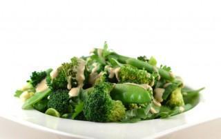 Groene groenten met tahin dressing