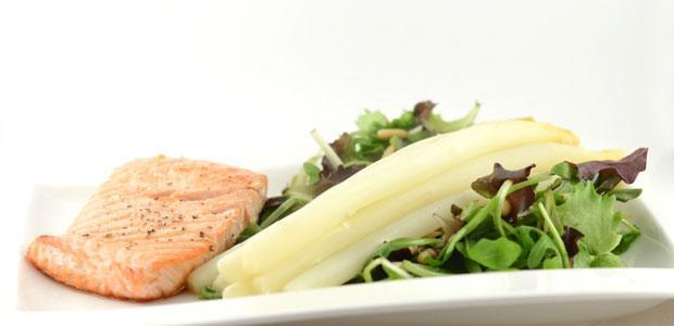 Asperges met zalm en salade