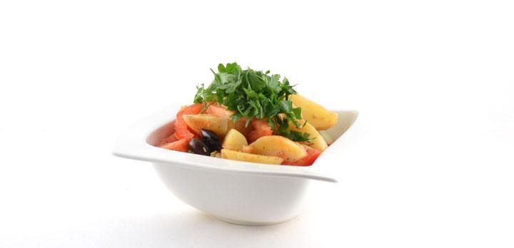 Aardappelschotel met tomaten en artisjokharten