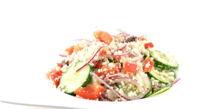 Griekse salade met bloemkoolrijst