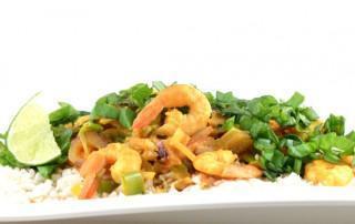Snelle Thaise gele curry met bloemkoolrijst