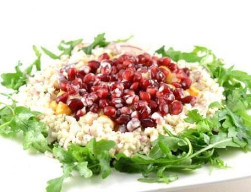 Salade met bloemkoolrijst, kikkererwten en granaatappelpitjes