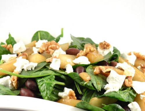Spinaziesalade met gekarameliseerde peer en geitenkaas